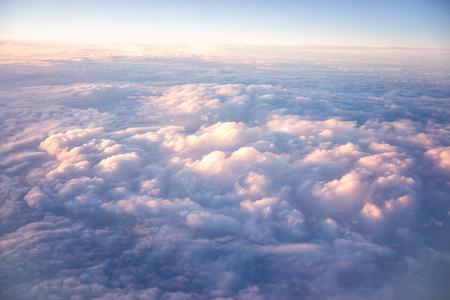 비행기에서 하늘과 구름을 봅니다. 구름 위를 날고 있다.
