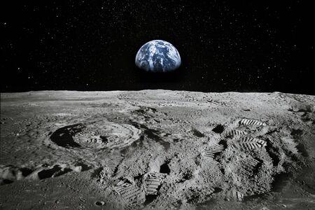 Ansicht des Mondrandes mit der Erde, die am Horizont aufsteigt. Fußabdrücke als Beweis für die Anwesenheit von Menschen oder eine große Fälschung.