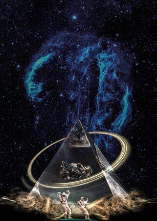 Esoterische Pyramide in Wolken unter der Sternengalaxie mit Ring und zwei Figuren. Standard-Bild