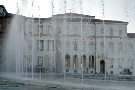 Venaria, Italy - 15 August 2017: music  and water jets show 新聞圖片