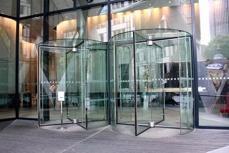 moderne ingang van het gebouw