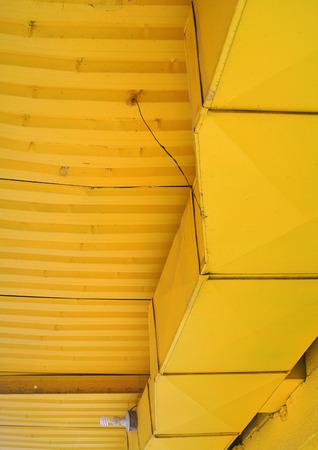 노란 금속 틀린 천장