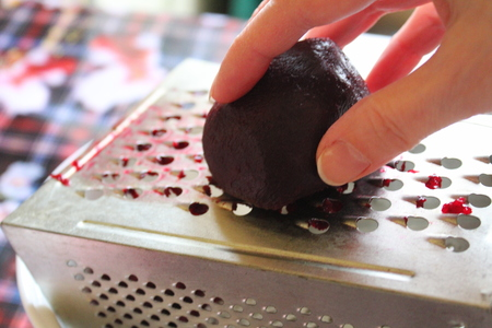 the beets on a grater to grind