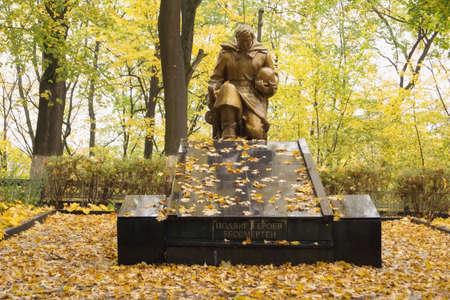feat: NEMAN, regi�n de Kaliningrado, Rusia - 12 de octubre 2014: La escultura en el sitio de una fosa com�n de soldados sovi�ticos que murieron en enero de 1945, se establece en 1948. Inscripci�n - la haza�a de los h�roes es inmortal