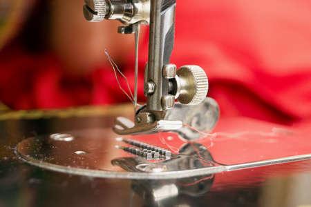 maquinas de coser: Detalle de una m�quina de coser - el pie y la aguja Foto de archivo