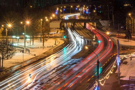 Vage achterlichten en verkeerslichten op de weg