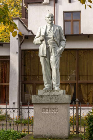 ZELENOGRADSK, KALININGRAD REGION, RUSSIA - OCTOBER, 18, 2017: Sculpture depicting Lenin, the inscription - Lenin. Redactioneel