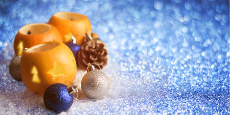 Christmas background with orange peel candlesticks and balls Zdjęcie Seryjne