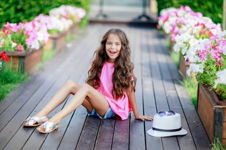 Una niña feliz en el parque en un día de verano.