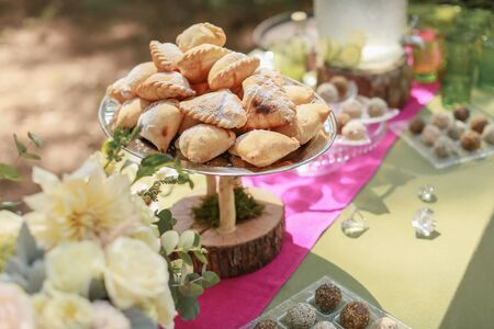 Festive wedding table, decorated with sweets and drinks. Imagens