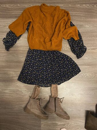 Clothes are lying on the floor, as if it were dressed by a man. Options for dresses for a man or a woman in retro style Standard-Bild
