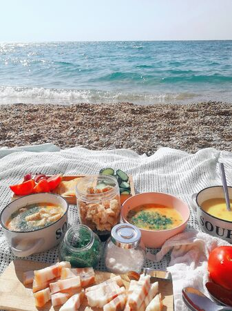 Lunch on the sea coast of broth with breadcrumbs and slices of bacon Standard-Bild