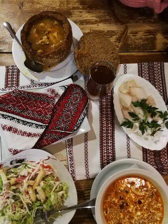 Traditional Ukrainian borscht and fresh cabbage salad. Standard-Bild