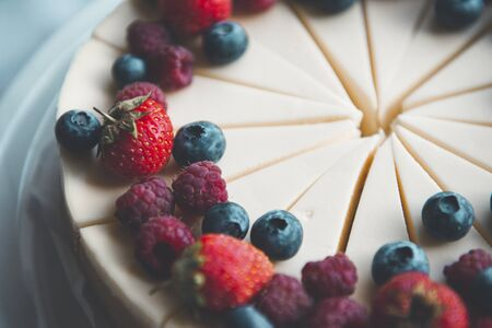 cheesecake cut into many pieces,  cake with berries, raspberries, blueberries, strawberries, sweets, dissert, Imagens