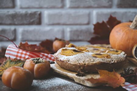 1 autumn homemade cake with persimmon slices and powdered sugar, dissert, Imagens