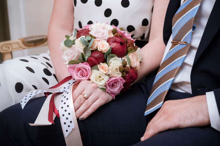 bride and groom holding hands, the bride s bouquet, a couple, a man in a suit, a woman in a dress 免版税图像