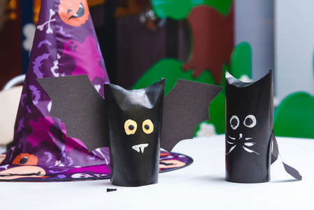 paper crafts, black paper bats on the table, Halloween, witch hat 免版税图像
