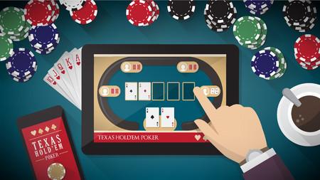 Aplicación de poker en línea con la mano tocando en la pantalla táctil de la tableta, teléfono inteligente, cartas y fichas de todo Foto de archivo - 36808902