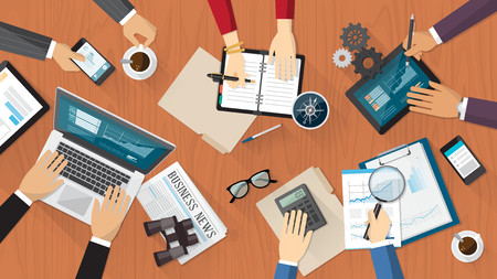 Il lavoro di squadra finanziaria e di business con uomini d'affari che lavora su una scrivania Archivio Fotografico - 36983804
