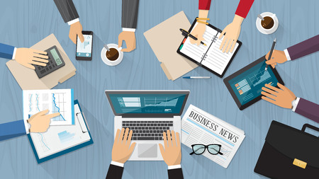 働くビジネスマン、コンピューター、タブレット、文房具と机の上のビューに