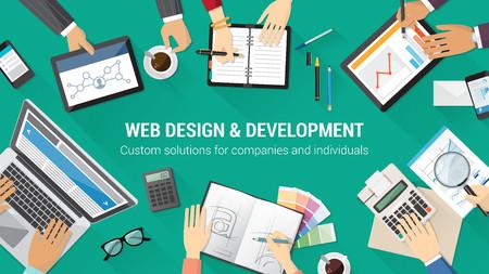 コンピューター、タブレット、文房具、一緒に働いている人々 と創造的なチーム デスクトップ トップ ビュー