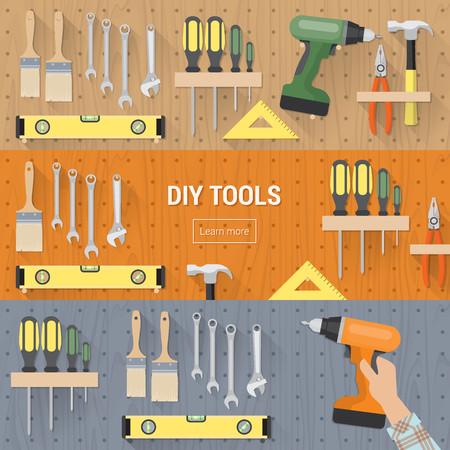 construction tools: Herramientas de bricolaje para la carpintería y reformas del hogar que cuelgan en una lámina de cartón, banderas conjunto Vectores