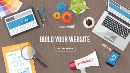 Escritorio desarrollador web con el ordenador, tableta y móvil, diseño web sensible y concepto de marketing digital
