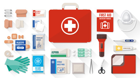 Première boîte de trousse de secours avec des équipements médicaux et des médicaments pour les urgences, les objets vue d'en haut Banque d'images - 50239504