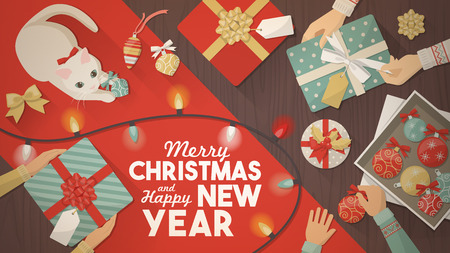 lazo regalo: Preparación para la bandera de la Navidad, regalos envolver familiares y decoraciones unboxing y gato jugando con una bola de Navidad, vista superior Vectores