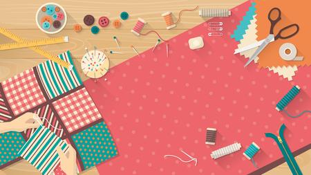 Sarta lavorando con il tessuto quilting, attrezzature per cucire e tessuto su un piano di lavoro, cucito, hobby e creatività concetto di legno