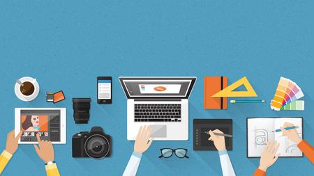 Creativo equipo trabajando juntos en la mesa de oficina, trabajo en equipo y el concepto de publicidad