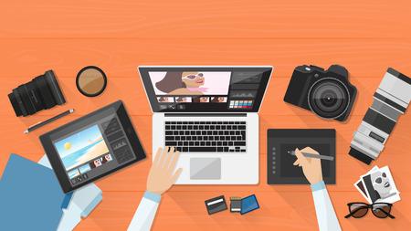 fotógrafo profesional que trabaja en el escritorio de oficina, que es la edición de sus imágenes utilizando un ordenador portátil y una tableta gráfica Ilustración de vector