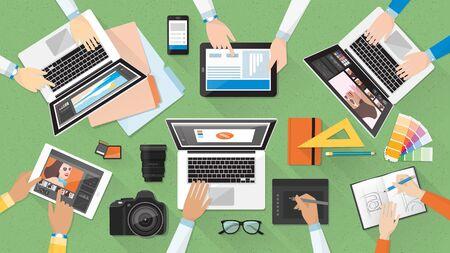 Zespół kreatywny pracują razem na biurko, pracy zespołowej i koncepcji reklamowej