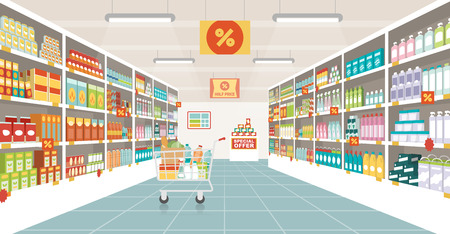 pasillo de un supermercado con estantes, artículos de alimentación y carro de compras lleno, el comercio minorista y el concepto de consumo