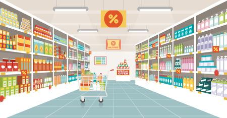 tiendas de comida: pasillo de un supermercado con estantes, artículos de alimentación y carro de compras lleno, el comercio minorista y el concepto de consumo