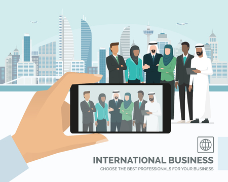 Empresários árabes muçulmanos reunião e skyline da cidade no fundo, um homem está tirando uma foto com um smartphone