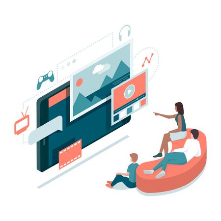 Familia feliz viendo películas y jugando juntos en línea: entretenimiento en el hogar, televisión inteligente y concepto de tecnología