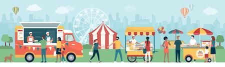 Menschen und Familien beim Streetfood-Festival im Stadtpark, sie genießen und essen leckere Snacks, Zirkus und Panoramarad im Hintergrund