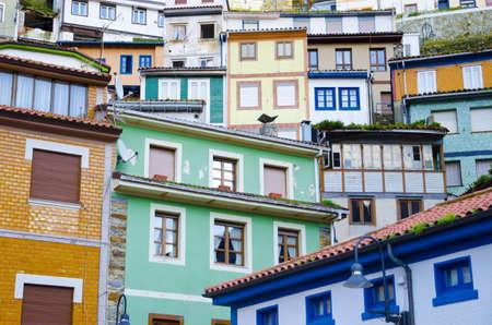 colourful houses: Ventanas de casas de colores Colorido y fachadas en Cudillero, fachadas antiguas de Espa�a Editorial