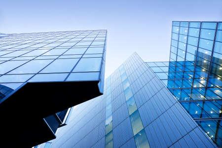 Edificios modernos, rascacielos, edificios de oficinas contra el cielo azul Rascacielos nublados ver con el cielo azul Foto de archivo - 19489487