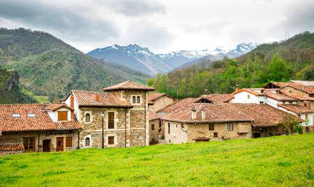 europa: Mogrovejo Village in front of the Picos de Europa, Cantabria, Spain. Mountain landscape. Stock Photo