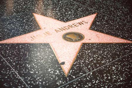 estrellas cinco puntas: LOS ÁNGELES - 15 DE SEPTIEMBRE: Estrella de Hollywood Walk of Fame el 12 de septiembre de 2015, de Los Ángeles. Hay más de 2.400 estrellas de cinco puntas que atraen a unos 10 millones de visitantes al año.