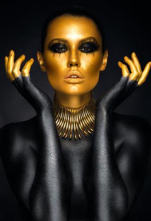 Mooie vrouw portret in goud en zwarte kleuren