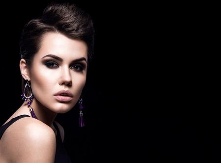 belleza chica modelo de manera con el pelo corto retrato morena modelo corte de