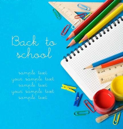 School briefpapier op de blauwe met een kopie ruimte