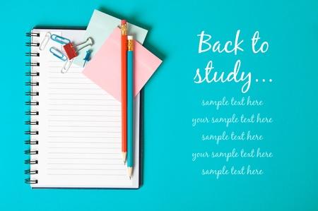 voortgezet onderwijs: Notebook op de blauwe met een kopie ruimte Stockfoto