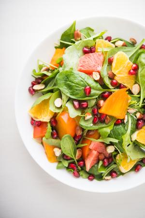 과일과 채소와 신선한 샐러드 상위 뷰 흰색 배경. 건강한 음식. 스톡 콘텐츠