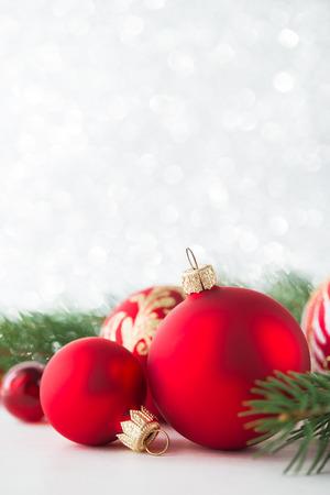 Adornos De Color Rojo Y El árbol De Navidad En El Fondo Del Brillo ...