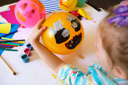 Child drawing pattern of paints fun smile on the balloon. Fun toy. Arts crafts concept. art learning and education Banque d'images