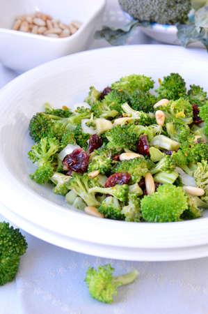 pignons de pin: Salade de brocoli, canneberges s�ch�es et les noix de pin Banque d'images